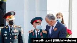 """Președintele Igor Dodon și ambasadorul Rusiei la Chișinău, Oleg Vasnețov la memorialul """"Capul de pod Șerpeni"""" , 23 august 2020."""