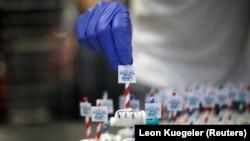 Пирожные в форме шприцев. Кондитерская в Дортмунде (Германия) производит их, чтобы помочь популяризации прививочной кампании