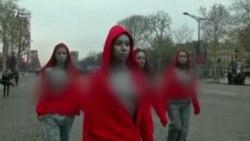 Fransada etirazlara yaxası açıq qızlar da qoşulub