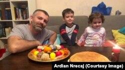 Ardian Nrecaj dhe fëmijët e tij: Sara dhe Arbëri.