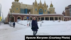 Мария Романова у театра кукол в Казани