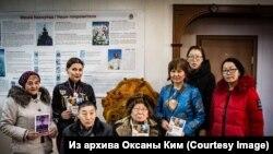 Николай Абаев (в центре) на презентации своих книг, февраль 2019 года