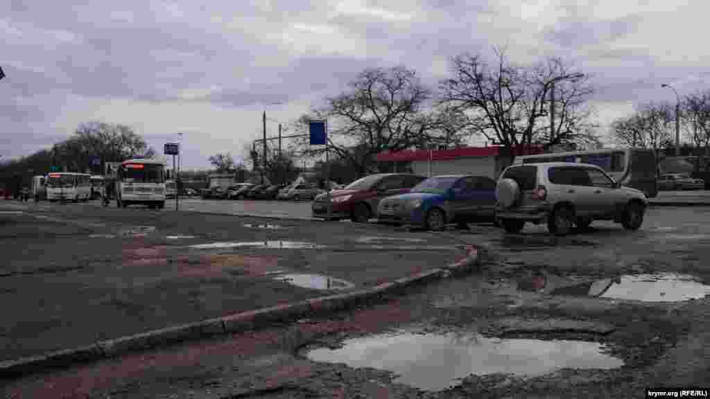 Автостанция имеет пять открытых платформ со стороны улицы Севастопольской