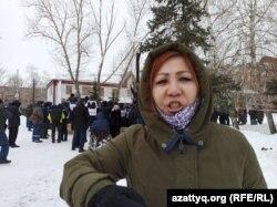 Участница согласованного митинга в Уральске Маруа Ескендирова. 28 февраля 2021 года