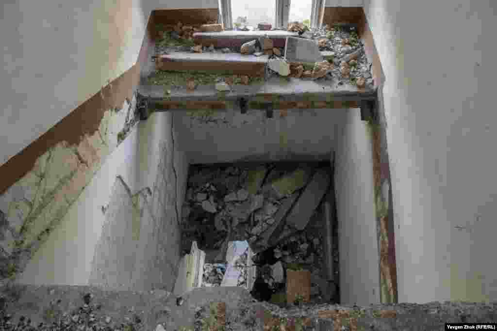 В останньому під'їзді казарми знесені сходові прольоти