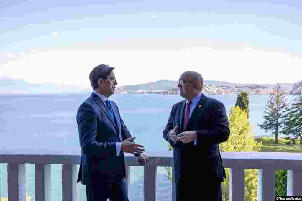САД / МАКЕДОНИЈА - Последните одлуки на ЕУ за С. Македонија и за Албанија го поткопуваат кредибилитетот на Унијата. Тоа, пак, испраќа погрешен сигнал со што се јакнат перцепциите во Западен Балкан дека ЕУ го напушта регионот, изјави денеска помошникот државен секретар на САД за Европа Филип Рикер. Тој одржа заедничка прес конференција со премиерот Зоран Заев во рамките на Преспа форумот.