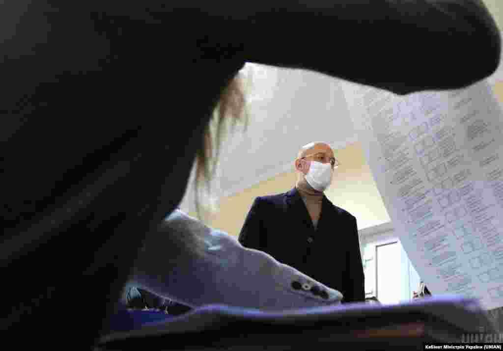 Прем'єр-міністр України Денис Шмигаль під час чергових місцевих виборів на одній з виборчих дільниць у Львові