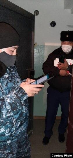 Журналист Жанар Асылханованың үйіне келген полиция қызметкерлері. Өскемен, 30 қазан 2020 жыл.