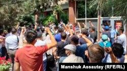 Сторонники активиста Байболата Кунболатулы, арестованного за «организацию несанкционированного пикета», перед зданием полиции требуют освободить его. Алматы, 24 июня 2021 года