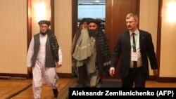 Заместитель лидера «Талибана», глава катарского политического офиса движения мулла Абдул Гани Барадар (в центре), прибывает на конференцию в Москве. 18 марта 2021 года.