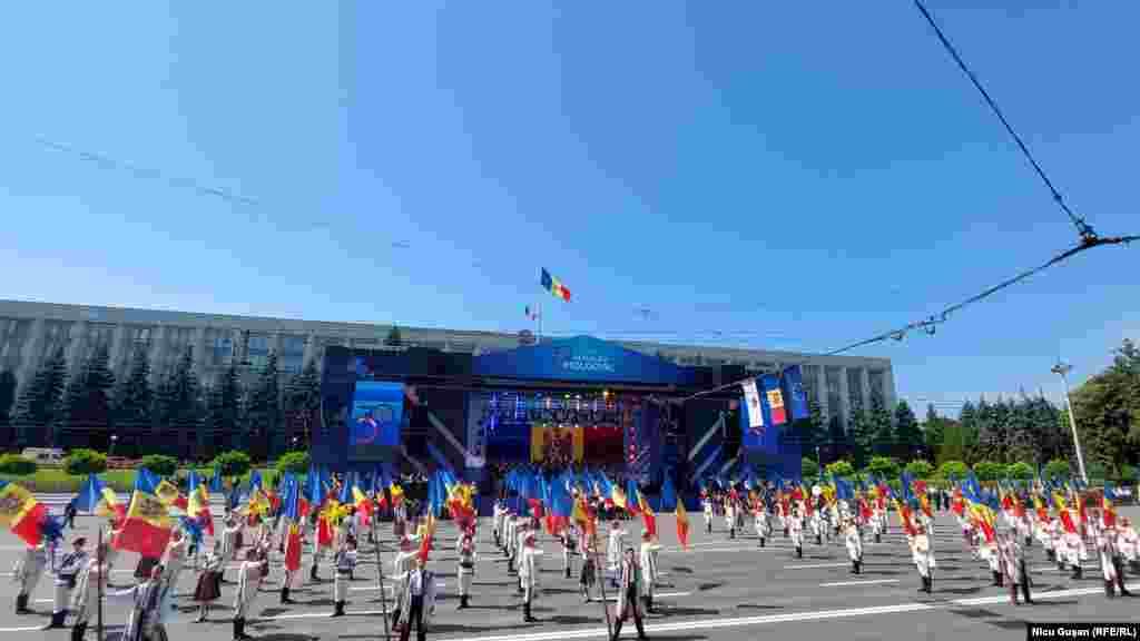 Începutul manifestațiilor din Piața Marii Adunări Naționale