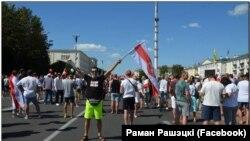 Раман Прашэцкі на маршы пратэсту.