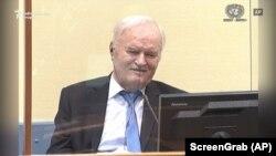 Mladic a fost un inculpat foarte dificil în timpul procesului său de la Haga. Acesta a urlat la martori și la avocați, și de mai multe ori a suferit probleme de sănătate care au afectat derularea procesului.