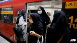Tehran metrosunda bəzi vaqonlar yalnız qadınlar üçündür