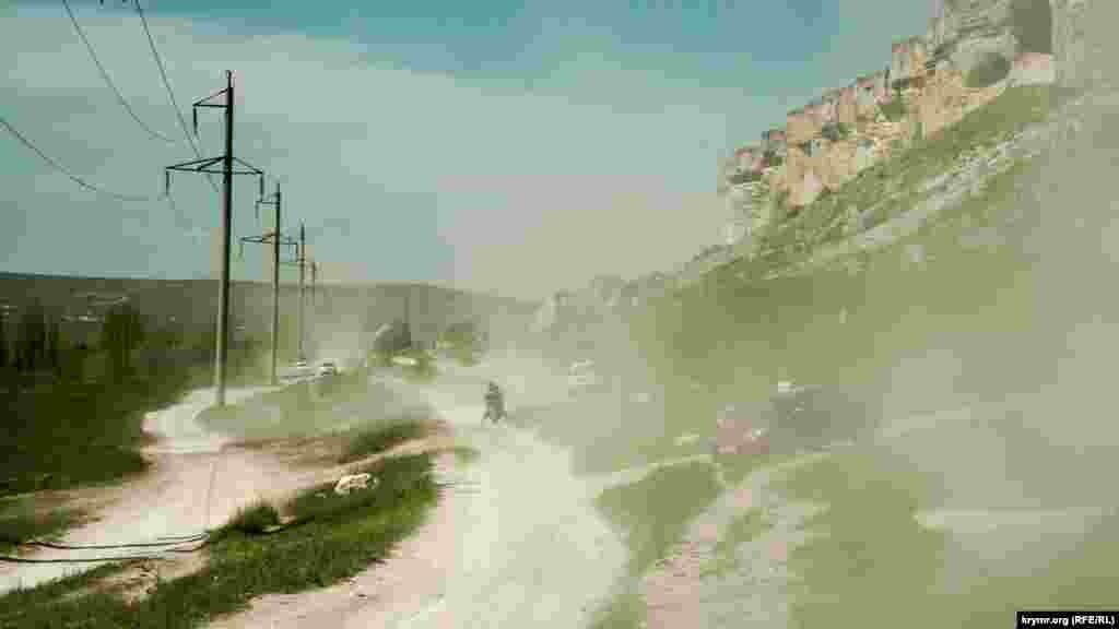 Пыль от проезжающего под горой транспорта попала даже внутрь фотокамеры