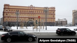 Cars drive past the Federal Security Service (FSB) headquarters on Lubyanka Square in Moscow. (file photo)
