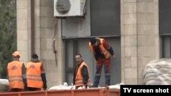 Робочі біля захопленої бойовиками будівлі міської адміністрації Донецька