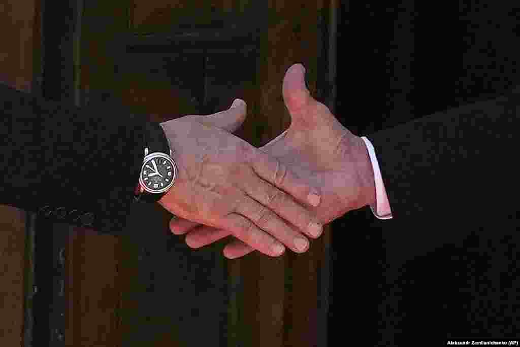 Крупный план рукопожатия президента Владимира Путина (слева) и президента Джо Байдена во время их встречи 16 июня.
