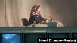 Mariam Shakebar, o fată în vârstă de 16 ani, urează bun venit audienței la Televiziunea Kabul. Televiziunea a început să transmită din nou în 2001, după o întrerupere de cinci ani în perioada ocupației talibanilor.