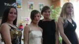 Волонтери тиждень розвозили випускні сукні по прифронтових школах Донбасу (відео)