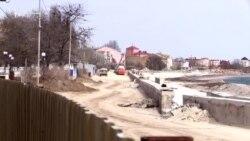 «А моря нет»: жители Евпатории о реконструкции набережной (видео)