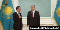 Қытай сыртқы істер министрі Ван И (сол жақта) Қазақстан президенті Қасым-Жомарт Тоқаевпен бірге. Нұр-Сұлтан, Қазақстан, 12 қыркүйек 2020 жыл.