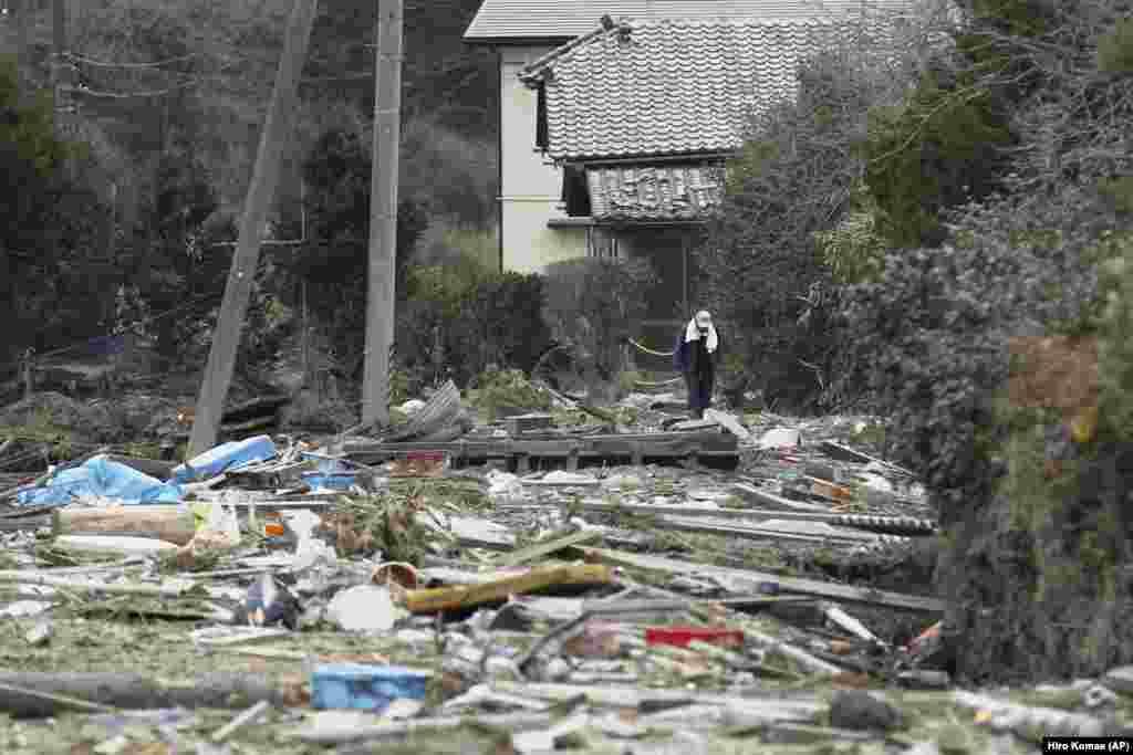 Kunio Shiga se plimbă pe lângă casa sa din Minami Soma, prefectura Fukushima, nord-estul Japoniei, vineri, 8 aprilie 2011, în interiorul zonei de evacuare acum pustie. Zona a fost stabilită pe o rază de 20 de kilometri în jurul centralei nucleare Fukushima Daiichi. Bărbatul în vârstă de 75 de ani a rămas singur, blocat în ferma sa, după ce nimicitorul tsunami a lovit regiunea, cu aproape o lună mai înainte.