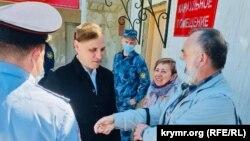 Олексія Чирнія зустрічають батьки на виході з колонії в Батайську. Ростовська область 7 травня 2021 року