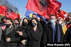 Penjabat Presiden Kosovar Vjosa Osmani (tengah) berpartisipasi dalam rapat umum pemilihan pada 12 Februari.