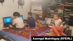 Накануне нового учебного года дети Баян Коротковой включают предоставленные школой ноутбуки и проверяют, как они работают. Нур-Султан, 27 августа 2020 года.
