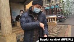 Ильяшев купил газету, которую отдаст сотрудникам службы пробации.