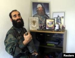 Qazimi terlihat di kantornya di Veliki Trnovac pada Maret 2001, beberapa bulan sebelum kematiannya