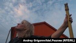 Жительница села Ильинское Ирина Соколова у газовой трубы рядом с новым фельдшерско-акушерским пунктом
