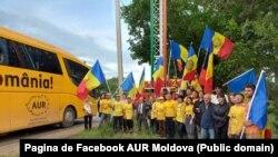 Membri și simpatizanți ai Alianței pentru Unirea Românilor (AUR) într-o caravană prin R. Moldova