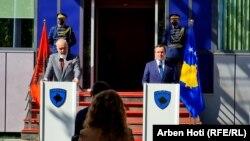 ادی راما (چپ) ، نخست وزیر آلبانی و آلبین کورتی (راست) ، نخست وزیر کوزوو ، در یک کنفرانس مطبوعاتی در پریستینا در 27 سپتامبر 2021.