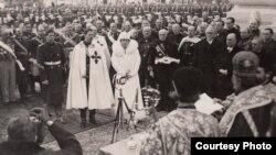 Imagine din anul 1936 în care apar Regele Carol al-II-lea, Regina-Mamă Maria, și Marele Voievod de Alba-Iulia, viitorul Rege, Mihai I.