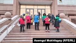 Участницы протестной акции у входа в здание министерства здравоохранения Казахстана. 3 февраля 2021 года.