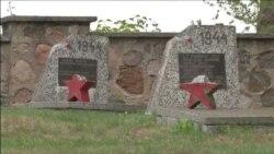 Поляки наводят порядок на оскверненном кладбище советских солдат