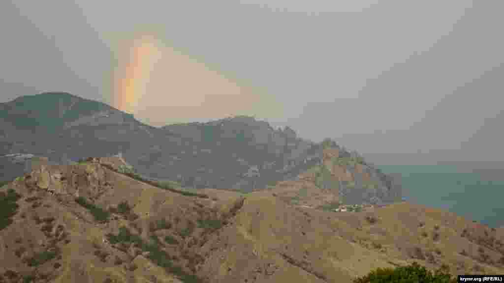 З гори Ечкі-Даг відкривається краєвид на згаслий вулкан Кара-Даг