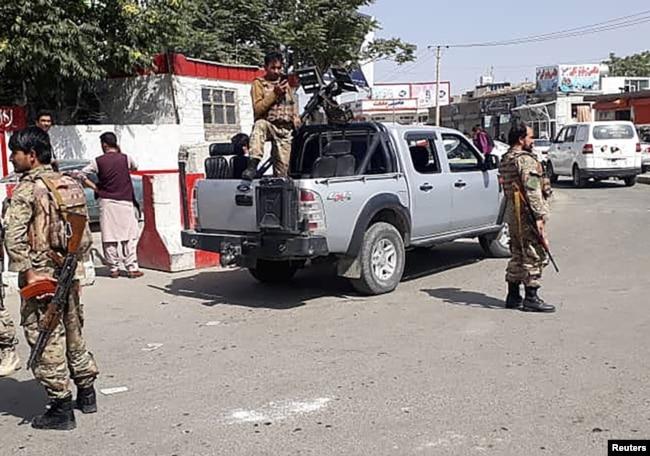 Avganistanske bezbednosne snage n ulazu u aerodrom u Kabulu 15. avgusta