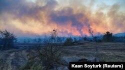 Круги черного дыма поднимаются над лесом в Турции, 28 июля 2021 года