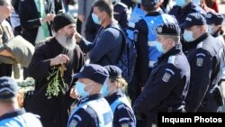Un grup de credincioși protestează în fața Catedralei Mitropolitane din Iași pentru a fi lăsați să se închine la racla unde sunt depuse moaștele Sf. Parascheva. 14 octombrie 2020. Inquam Photos / Lavinia Cioaca