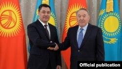 Кыргызстандын президенти Садыр Жапаров (солдо) жана Казакстандын туңгуч президенти Нурсултан Назарбаев. Нур-Султан шаары. 2-март, 2021-жыл.