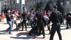 У Харкові учасників маршу до Дня праці облили кефіром (відео)