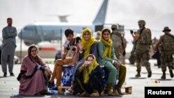 Кабул аэропортунда эвакуацияны күткөн оогандaр.