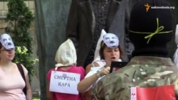 Активісти прийшли під посольство Білорусі в масках Лукашенка