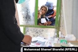 Afgani care suferă de malnutriție așteaptă tratament medical în provincia sudică Uruzgan, pe 8 octombrie. (Mohammad Shareef Sharafat, RFE/RL)