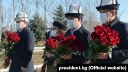 Слева направо: спикер парламента Талант Мамытов, экс-президент Роза Отунбаева, премьер-министр и исполняющий обязанности президента Садыр Жапаров, экс-президент Сооронбай Жээнбеков. Мемориальный комплекс «Ата-Бейит». 7 ноября 2020 года.