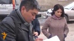 Журналисты выразили соболезнования у посольства Франции в КР