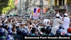 Бангладеш - Муслимани на протест во Дака поради коментарите на францускиот претседател Макрон за карикатурите за пророкот Мухамед. 30.10.2020.